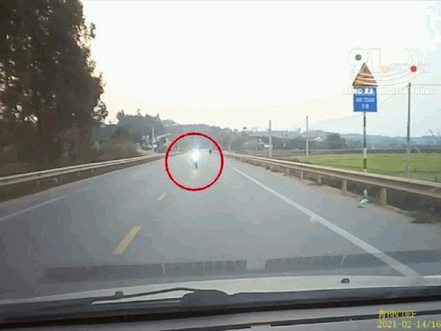 Tài xế đánh lái xuất thần, cứu mạng thanh niên đi xe kiểu tự sát