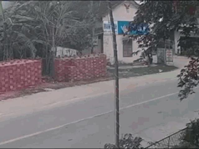 Tài xế ô tô tông bay học sinh đi xe đạp rồi lao như trong phim