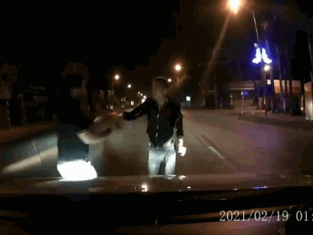 Nhảy múa rồi chặn đầu ô tô, nam thanh niên nhận ngay kết đắng