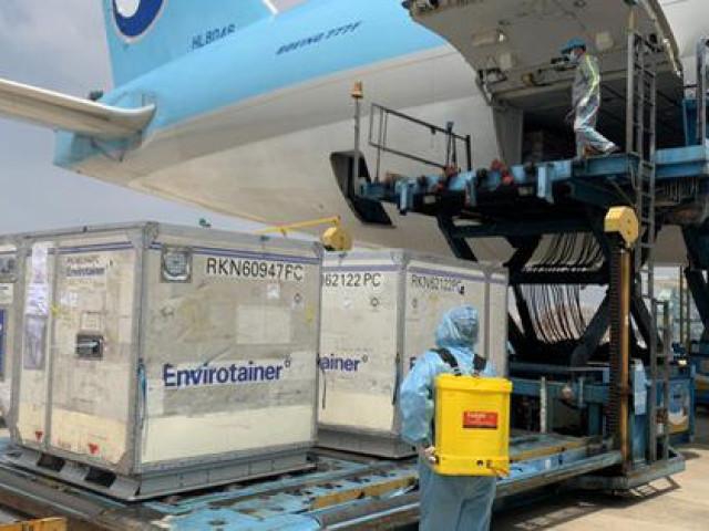 Lô vắc-xin ngừa Covid-19 đầu tiên về đến sân bay Tân Sơn Nhất