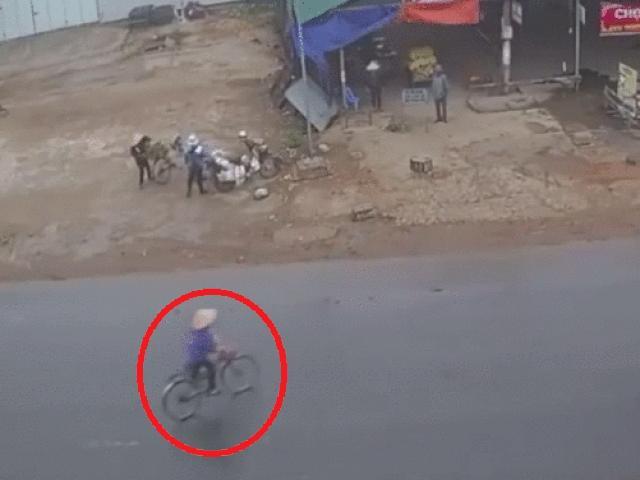 SỐC: Đi xe đạp sang đường bất cẩn bị xe tải húc văng