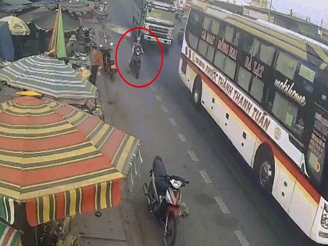 Clip: Thót tim xe tải vượt ẩu, hất văng 3 mẹ con thoát chết trong gang tấc