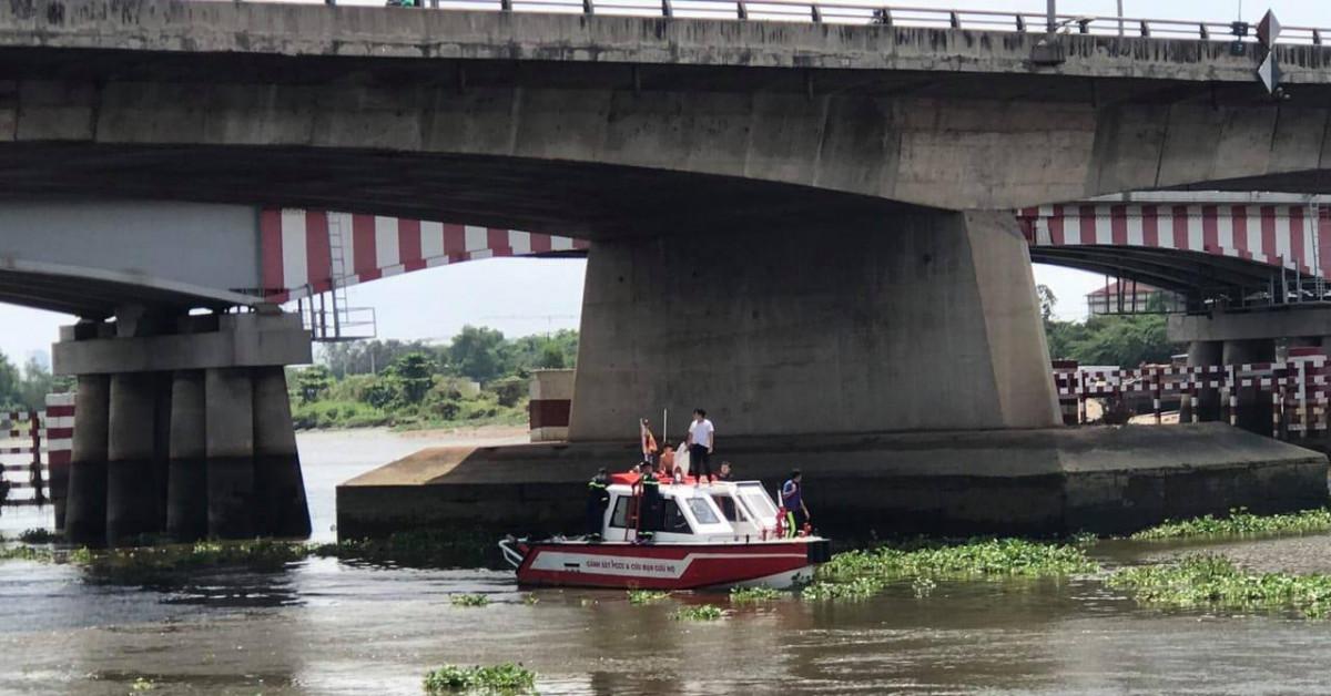 Gần 24 giờ lặn tìm người nhảy sông Sài Gòn