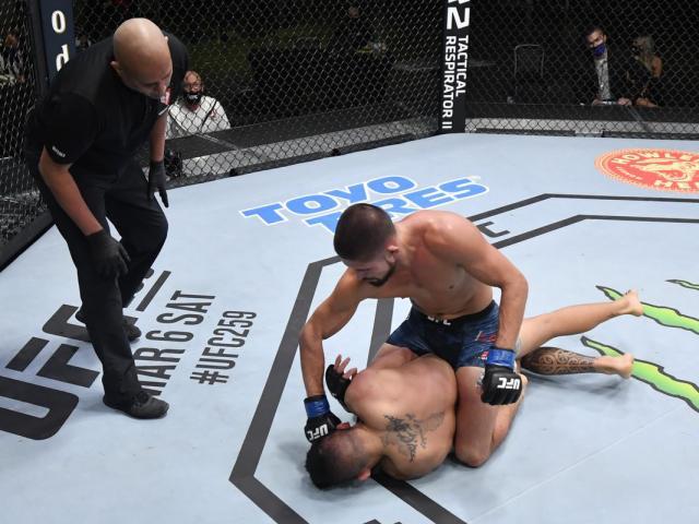 """UFC """"mệt mỏi"""" nhất năm: Đánh nhau 2 tiếng rưỡi mới có người gục ngã"""