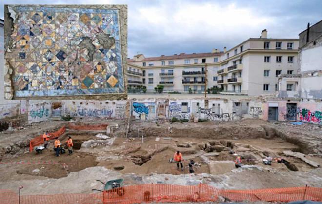 """Xây nhà, đào được 2 """"mê cung kho báu"""" 1.900 năm tuổi"""