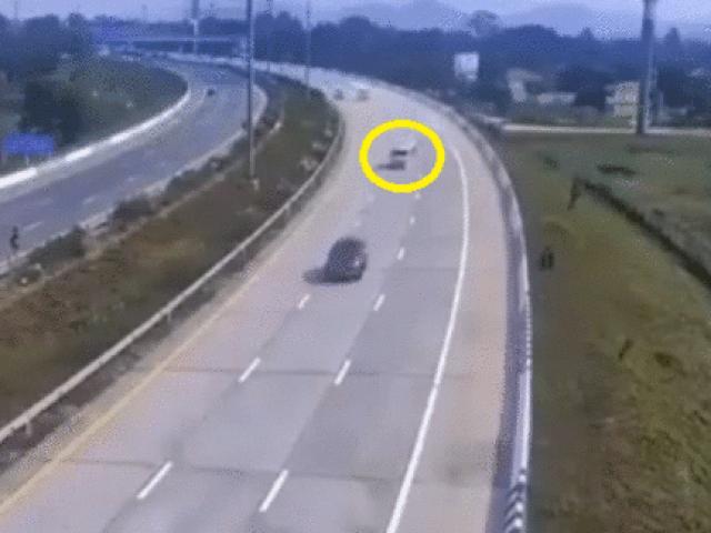 Video: Ô tô nổ lốp lao dải phân cách, làm 4 người văng ra khỏi xe