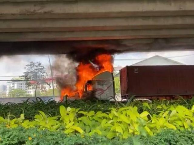 Xe container bốc cháy dữ dội dưới gầm cầu ở Sài Gòn