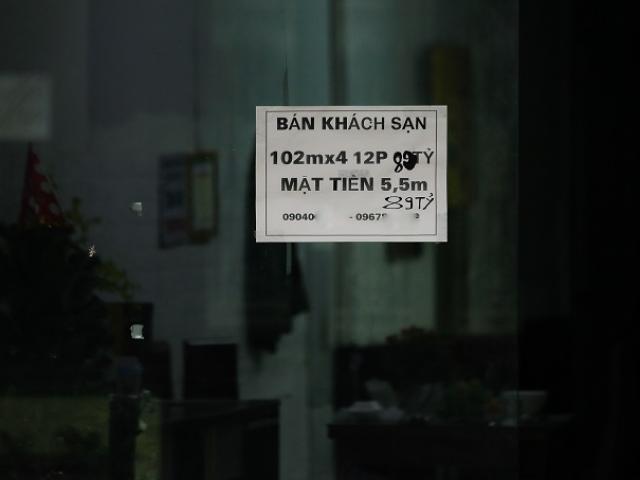 Loạt khách sạn phố cổ Hà Nội đóng cửa kín mít, rao bán la liệt bằng tờ rơi