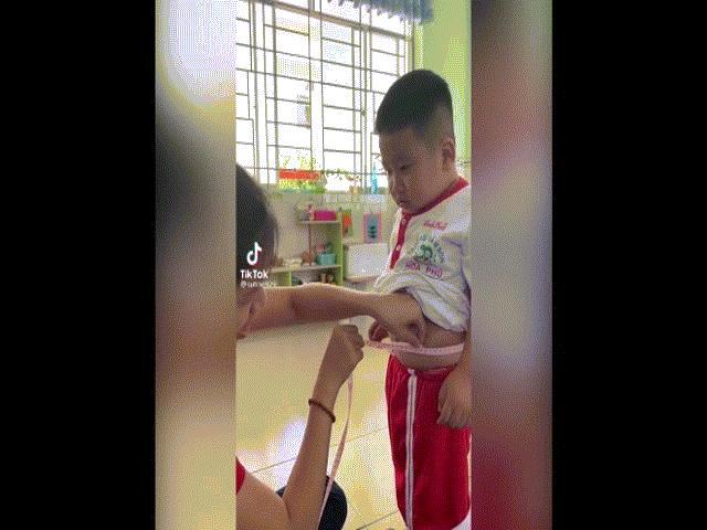 Clip: Cậu bé hóp bụng nín thở đo vòng eo khiến dân mạng phì cười