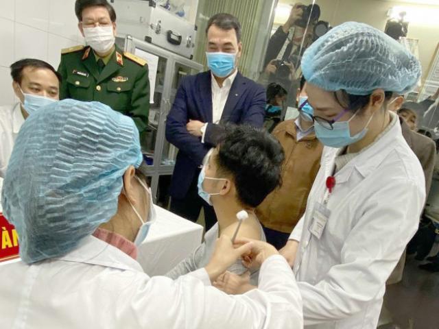 Việt Nam bắt đầu tiêm vắc-xin phòng đại dịch COVID-19