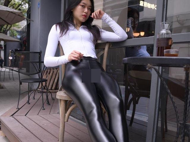 Thảm họa quần bôi mỡ dù khó mặc vẫn tạo trend