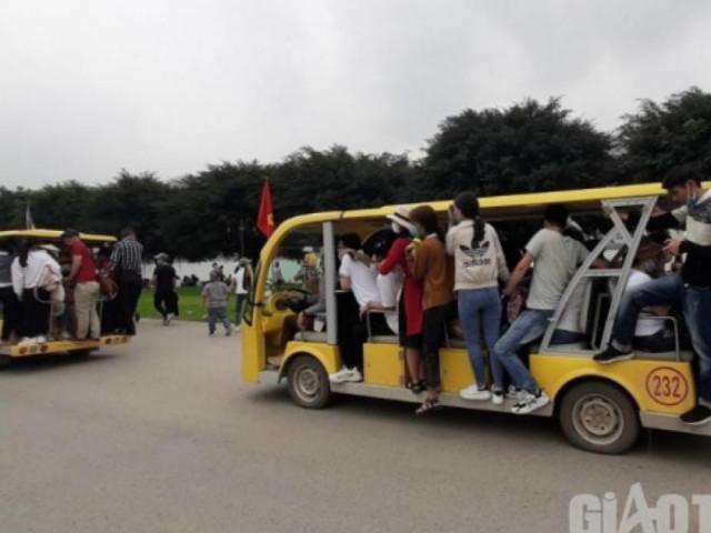 Xe điện chật kín, khách cố đu bám, xe ôm kẹp 3 lao vun vút ở chùa Tam Chúc