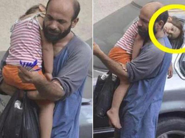 Bố bế con gái nhỏ đi bán bút bi dạo đổi đời ngoạn mục nhờ một bức ảnh chụp lén