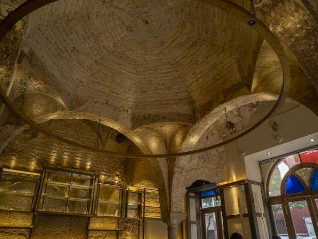 """Sửa lại quán bar vô tình phát hiện """"kho báu"""" hoành tráng 800 năm tuổi"""