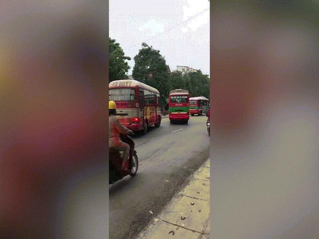 CLIP: 2 xe buýt đánh võng, rượt đuổi, người đi xe máy phải lao lên vỉa hè thoát thân
