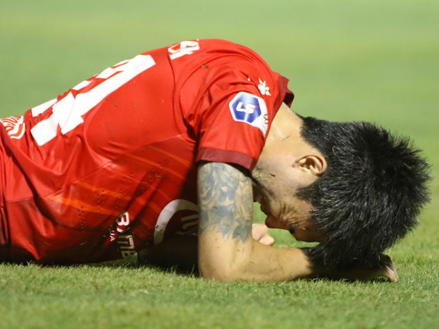 """HLV ngoại lương cao nhất V-League """"nóng mặt"""" vì Lee Nguyễn bị chơi xấu"""