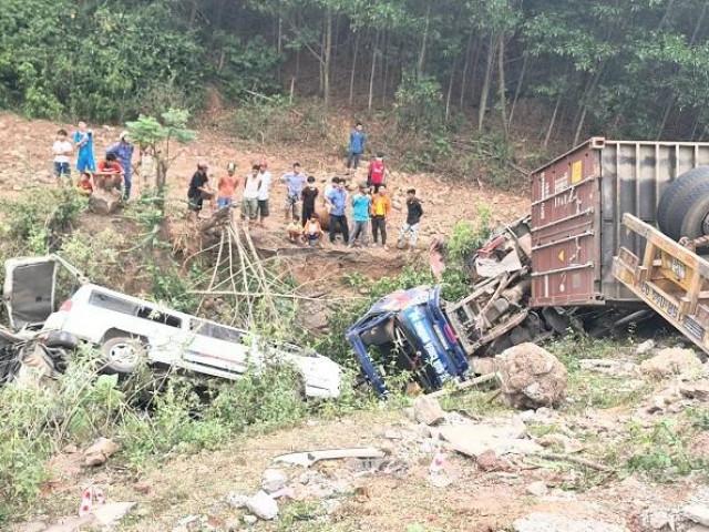 Xe container đâm liên hoàn lúc đổ đèo, nhiều người rơi xuống vực ở Quảng Trị