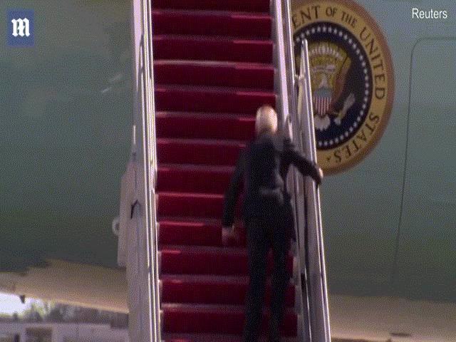 Video: Ông Biden liên tục vấp ngã khi lên cầu thang Không Lực Một