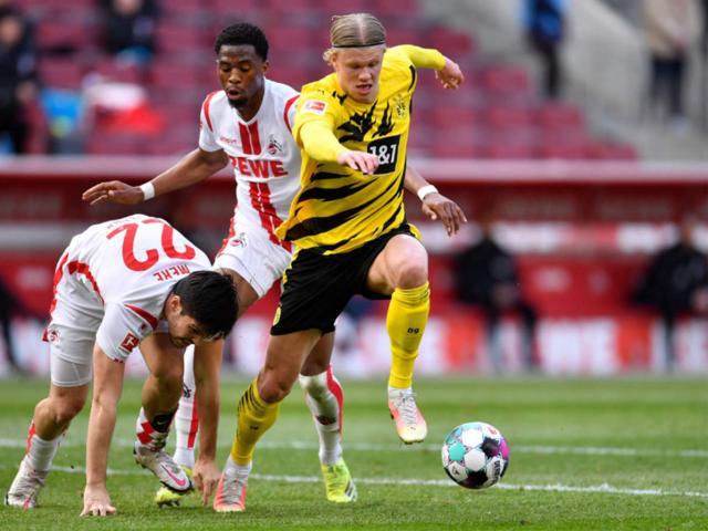 """Haaland hóa """"Vua sân khách"""" Bundesliga, lập kỳ tích vượt bố đẻ mình"""