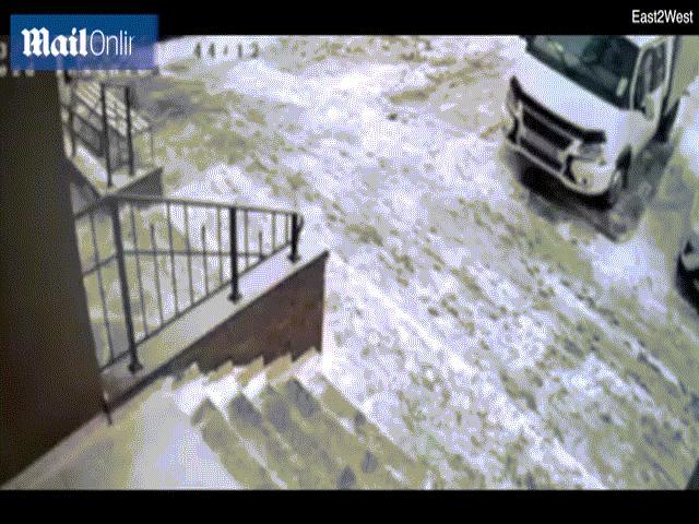 Nga: Bé trai 11 tuổi rơi từ cửa sổ tầng 23, điều kỳ diệu xảy ra dưới mặt đất