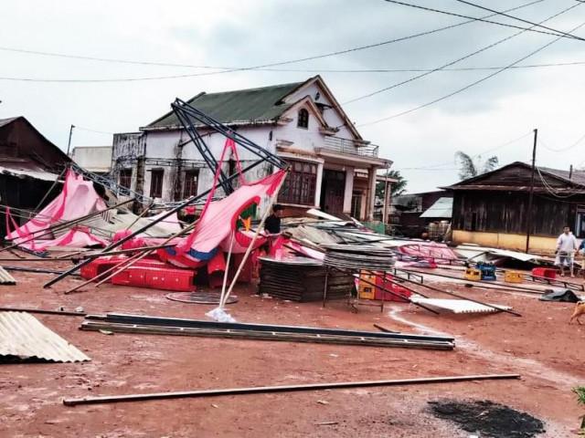 Sét đánh chết 1 người, lốc xoáy thổi bay 70 mái nhà ở Lâm Đồng