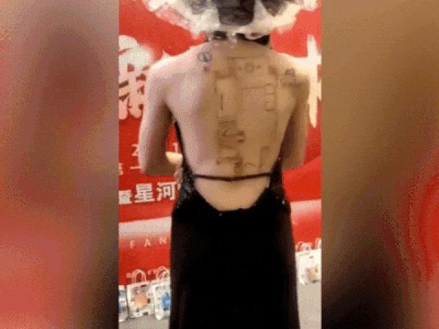 Tranh cãi clip người mẫu ăn mặc hớ hênh rồi vẽ bản thiết kế lên lưng trần để quảng cáo