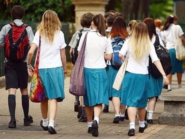 """Bắt tất cả nam sinh đứng xin lỗi nữ sinh vì """"tội lỗi của đàn ông"""", nhà trường gây phẫn nộ"""