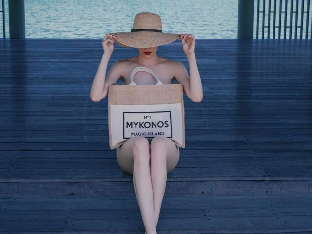 Hà Hồ lấy túi che thân, xu hướng chụp hình thời trang gây hiểu lầm không mặc đồ