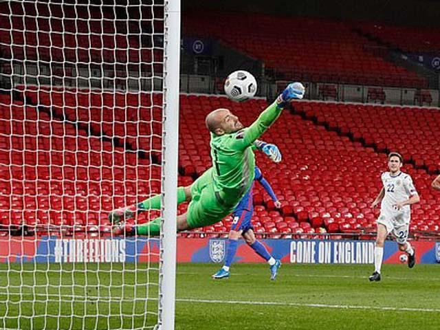 Thủ môn San Marino bắt như Neuer dù lọt 5 bàn, fan tiến cử cho Liverpool