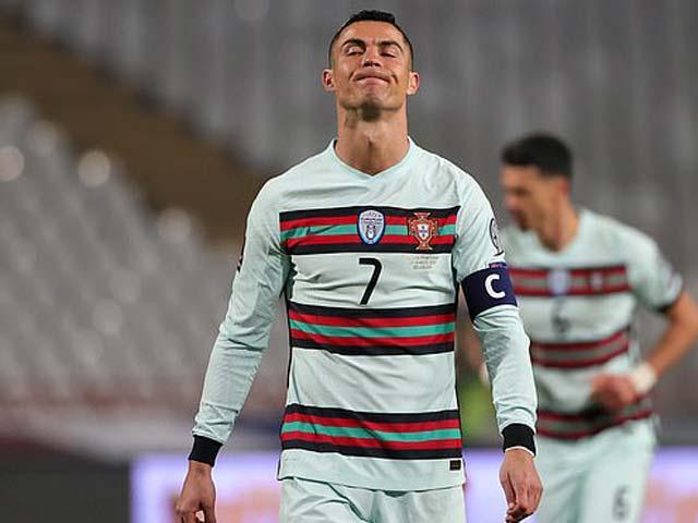 """SỐC: Ronaldo phát điên ném băng đội trưởng vì ĐT Bồ Đào Nha bị """"cướp"""" chiến thắng"""