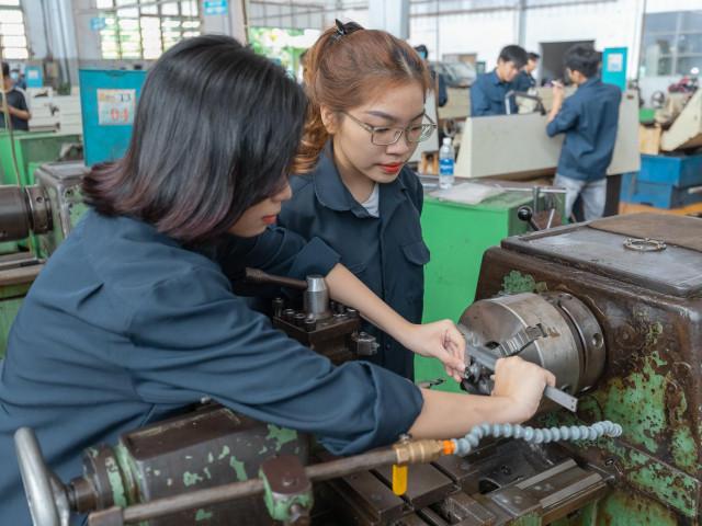 Nữ sinh viên ngành Kỹ thuật trường ĐH Sư phạm Kỹ thuật TP. HCM được giảm 50% học phí