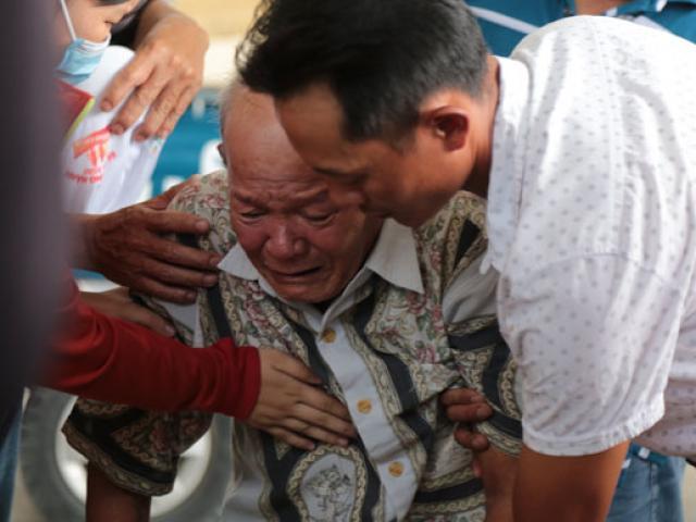 """Tiếng khóc xé lòng ở nhà tang lễ sau vụ cháy 6 người chết: """"Cho tôi nhìn mặt con cháu lần cuối"""""""