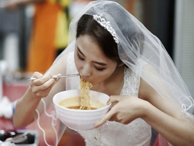 Đêm tân hôn, cô dâu loay hoay mãi trong nhà vệ sinh, chú rể đi theo phát hiện bí mật