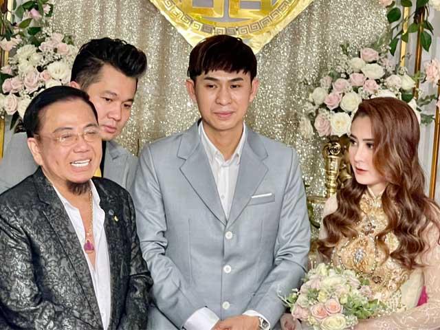 Ca sĩ hội chợ Châu Gia Kiệt bí mật cưới vợ, danh hài Hồng Tơ làm chủ hôn