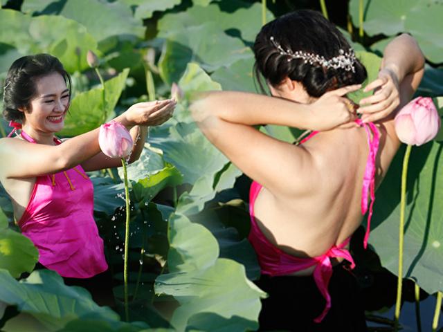 Chị em Hà Thành nô nức mặc yếm đào chụp ảnh sen