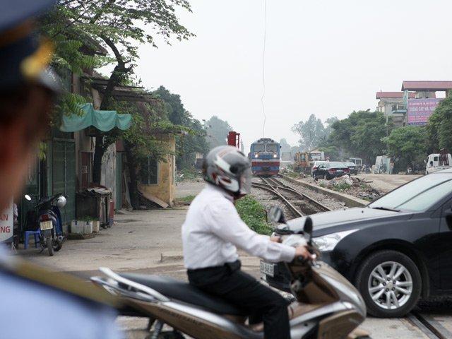 Cận cảnh những pha lách rào chắn, cắt mặt tàu hỏa ở Hà Nội