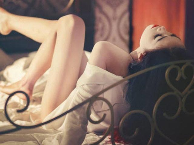 Ghê sợ hình ảnh vợ ngoan qua khe cửa phòng ngủ