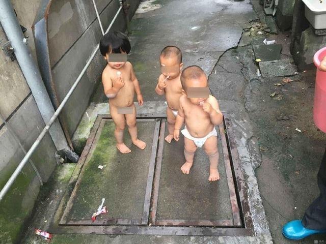 Bé gái 2 tuổi trần truồng dắt 2 em sinh đôi bỏ trốn