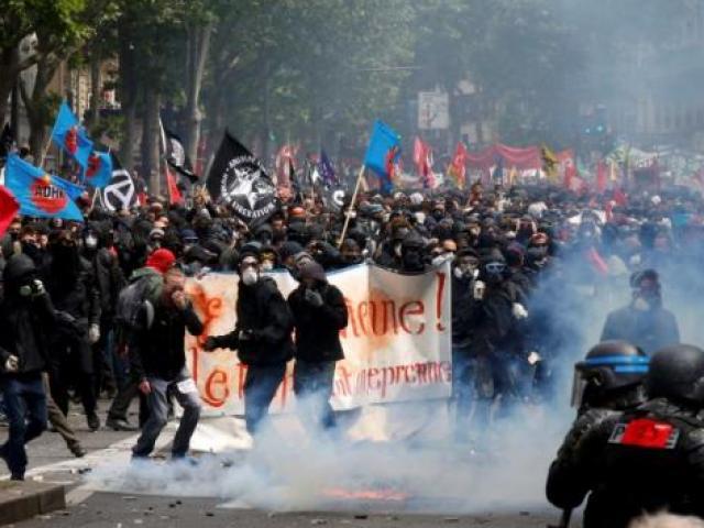 """Cảnh sát Pháp """"oằn"""" mình chống chọi rừng người bạo loạn"""
