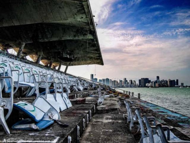 Bên trong sân vận động nước bỏ hoang đáng sợ ở Mỹ