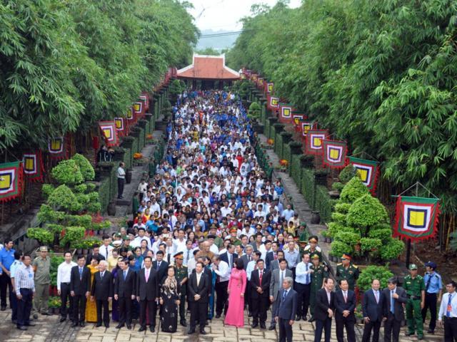 Hàng nghìn người đội nắng dự lễ giỗ Tổ trên đất Sài Gòn