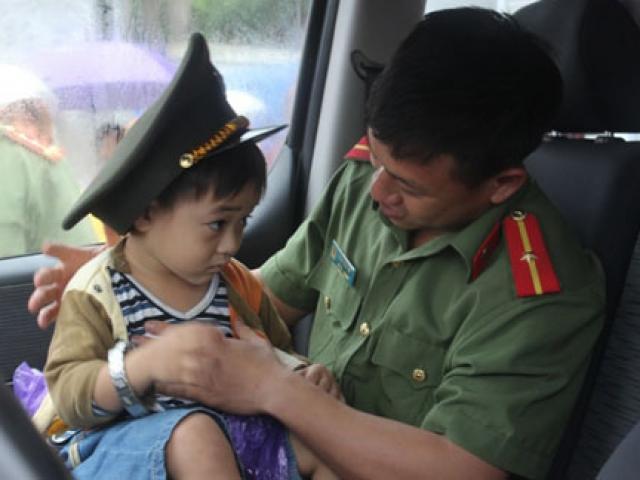Cảm động mẹ lấy thân che con trong vụ lật xe ở Hà Tĩnh
