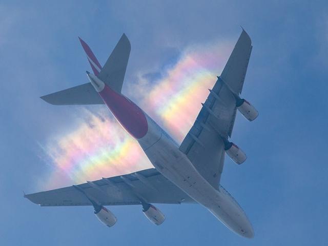 """Cầu vồng """"đuổi theo"""" máy bay trên không trung"""