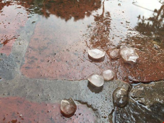 Mưa đá bất ngờ xuất hiện ở Hà Nội