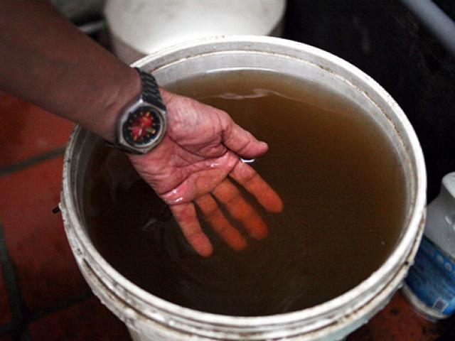 HN: Kinh hoàng nước sạch màu vàng đỏ, cáu bẩn ở khu dân cư