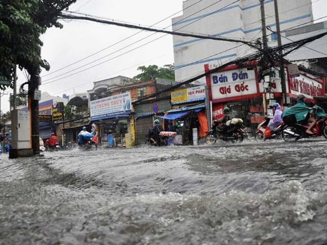 Mưa 20 phút, đường phố Sài Gòn nước chảy như thác đổ