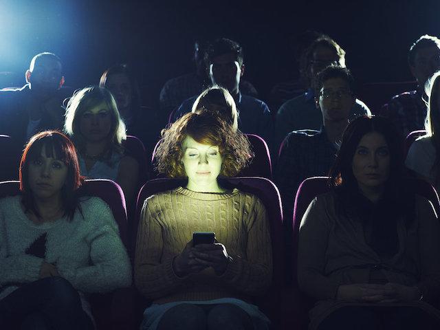 Kiện bạn gái, đòi lại tiền vé xem phim vì... nhắn tin trong rạp
