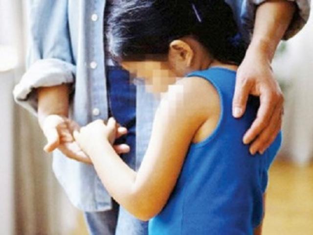 Bị phạt vì sờ ngực bé gái 14 tuổi
