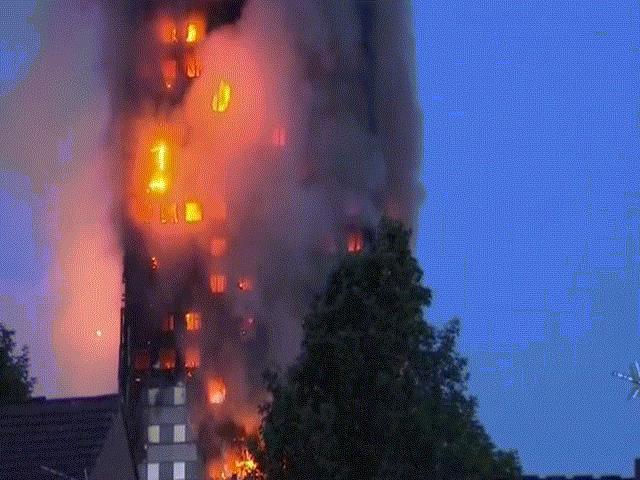 Nạn nhân vụ cháy London ôm nệm nhảy từ tầng cao xuống