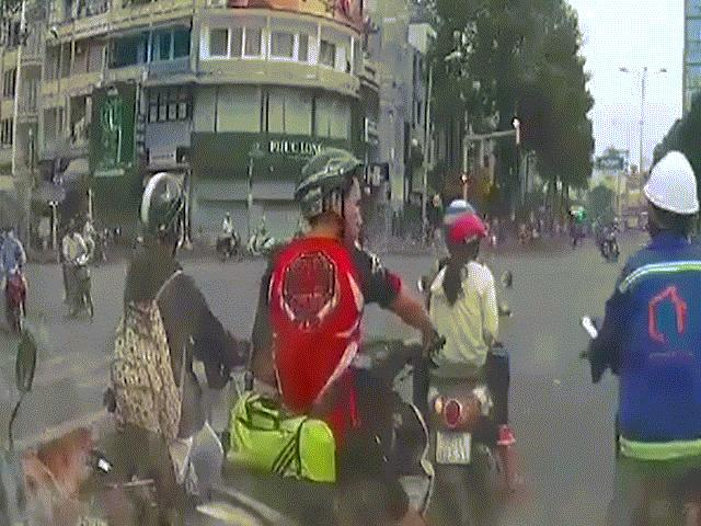 Kinh hoàng, cô gái bị cướp kéo lê hàng chục mét giữa phố SG